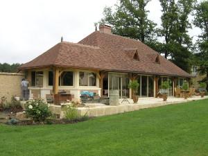 D. CHAPLET Architecte : toiture en tuile plate et ouverture sur le jardin